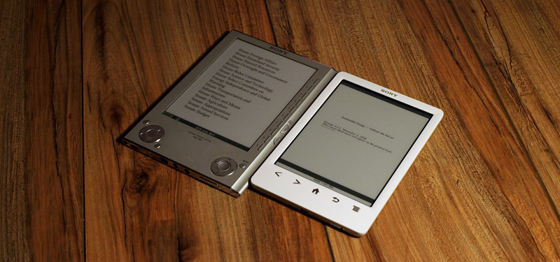 Sony Reader PRS-505 (links) vs. Sony Reader PRS-T3 (rechts)