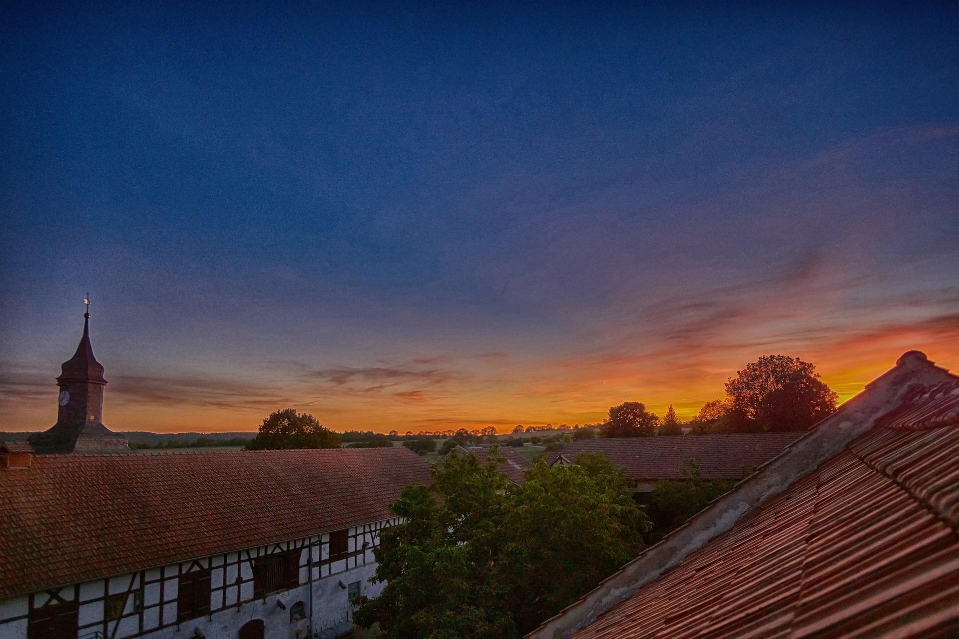 Sonnenuntergang auf den Dächern in Drößnitz