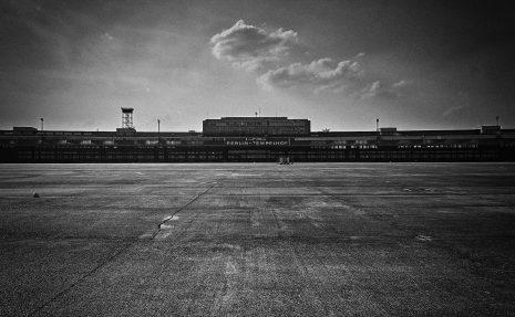 Berlin Flughafen Tempelhof - Blick vom Flugfeld